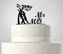 TD60021601 - Mr & Mrs fa alatt egyedi sziluett esküvői tortadís
