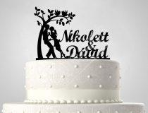 TD6012104 - Fiatal pár fa alatt sziluett esküvői tortadísz nevekkel